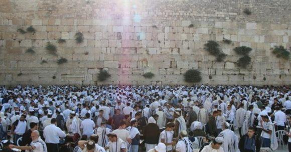 1000-tals bedjande på Jerusalemdagen vid Kotel/Västra muren
